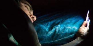 la luce blu degli smartphone disturba il sonno