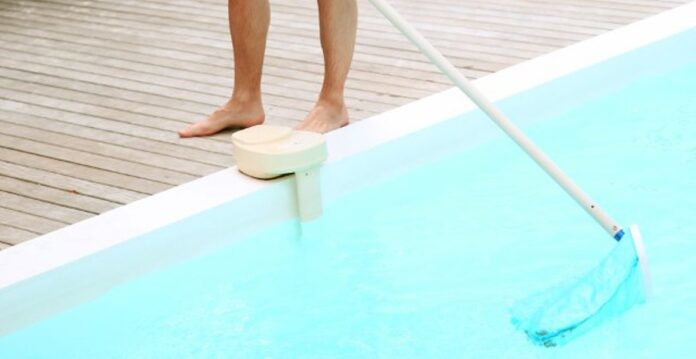 pulire la piscina